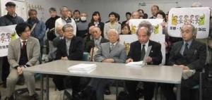 写真:提訴後の記者会見